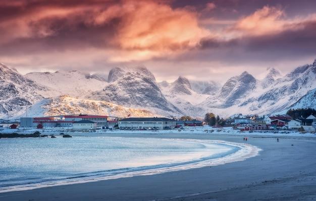 Nordischer sandstrand mit blauem meer im winter bei sonnenuntergang in lofoten-inseln, norwegen.