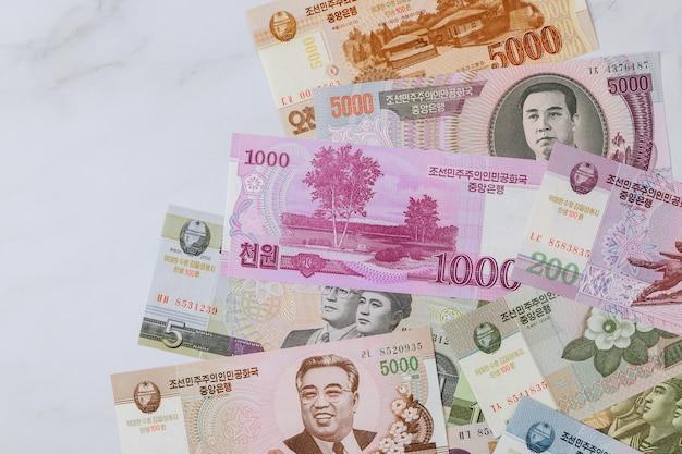 Nordkorea von verschiedenen banknoten geld gewann geldschein