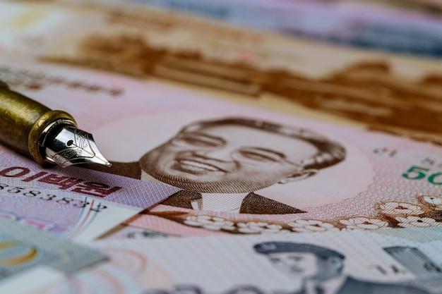 Nordkoreanisches banknotengeld gewann geldschein über stift zum schreiben