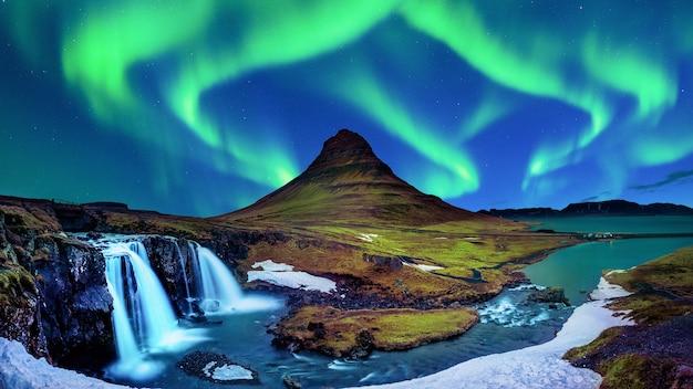 Nordlicht, aurora borealis bei kirkjufell in island. kirkjufell berge im winter.