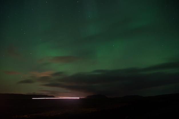 Nordlicht schwarzer himmel mit sternen. wunder der natur. aurora dunkler himmel. erstaunliche naturphänomene. der beste ort, um aurora borealis zu sehen. wann ist die beste zeit, um nordlichter zu sehen. ort, um nordlichter zu sehen.
