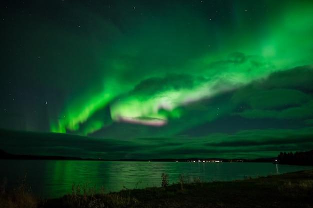 Nordlichter über einem see in schweden