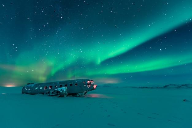 Nordlichter über flugzeugwrack in island