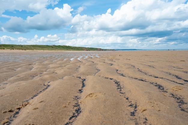 Nordsee am crimdon beach, hartlepool und seaton carew, england. dunkelblauer himmel und sandstrand in großbritannien