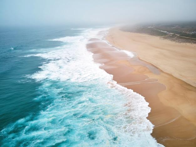 Nordstrand und ozean in nazare portugal