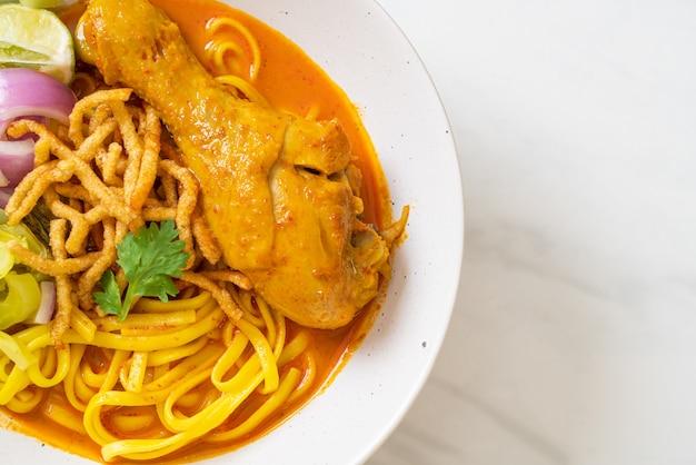 Nordthailändische nudel-curry-suppe mit hühnchen (kao soi kai) nach thailändischer art