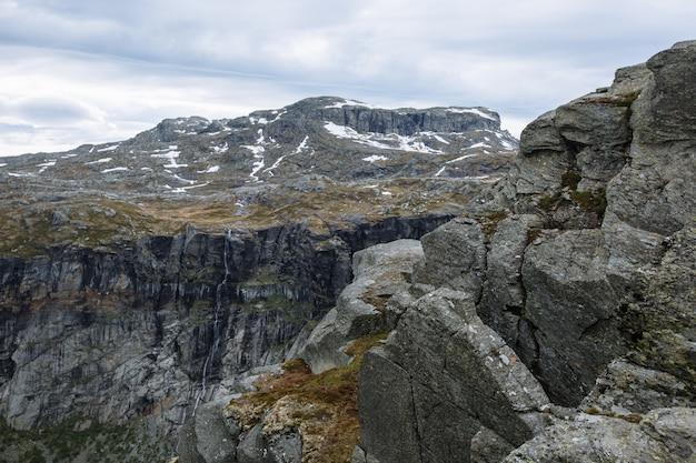 Norwegische landschaft mit blick auf den fjord von einem felsenfragment trolls zunge