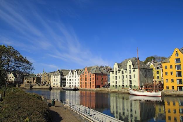 Norwegische stadt alesund im sommer, schöne orte in skandinavien,
