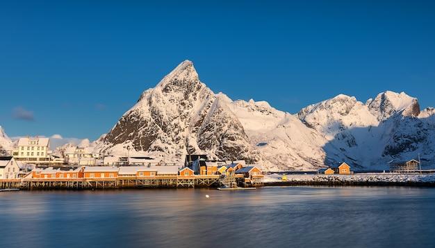 Norwegisches saisonhaus, das von fischern genutzt wird.