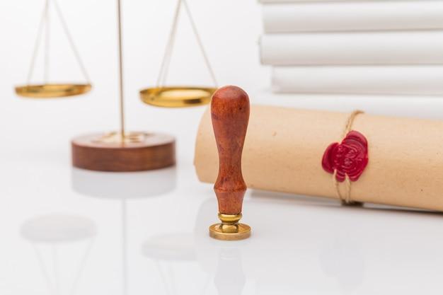 Notars öffentlicher stift und stempel auf testament und letzter wille. werkzeuge des notars.