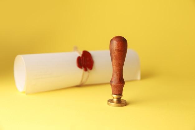 Notars öffentlicher stift und stempel auf testament und letzter wille. werkzeuge des notars