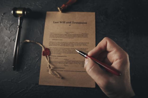 Notars öffentlicher stift und stempel auf testament und letzter wille