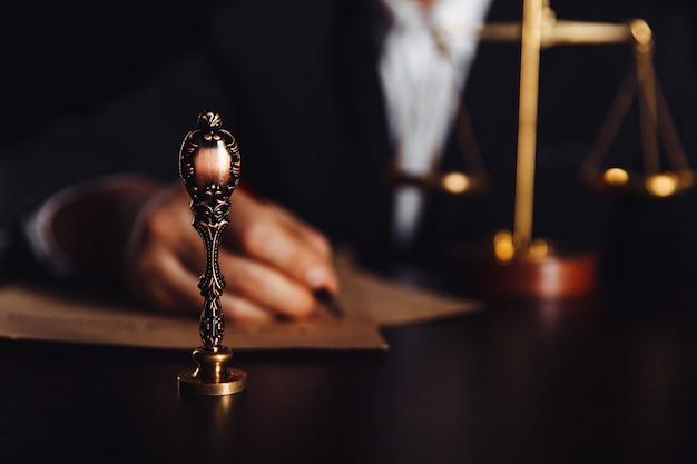 Notars öffentlicher stift und stempel. person im amt genehmigte dokumente