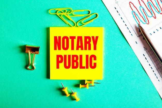 Notary public ist rot auf einem gelben aufkleber auf einer grünen fläche in der nähe der grafik und des bleistifts geschrieben