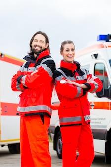 Notarzt und rettungssanitäter mit krankenwagen