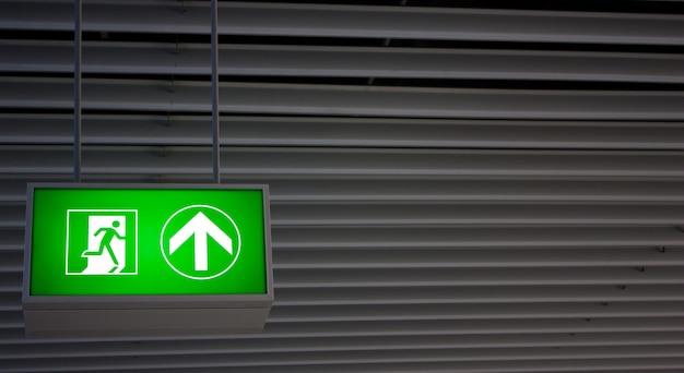 Notausgangsschild in modernen büros in einer industrieanlage