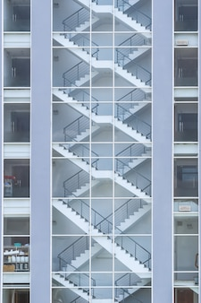 Notausgangstreppe im gebäudeinneren. ansicht von außen. notausgangstreppe