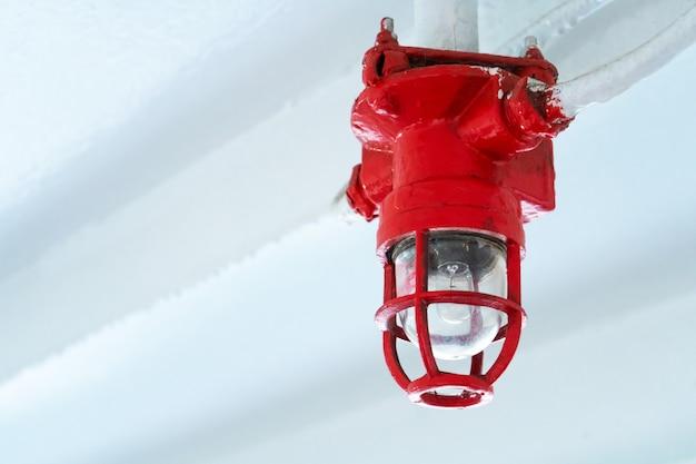 Notbeleuchtungssystem. lampen durch einen grill geschützt.