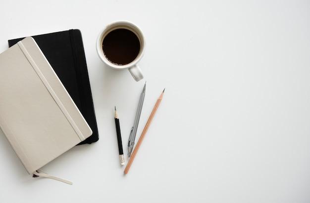 Notebook-bleistift-kaffee-arbeitsplatz