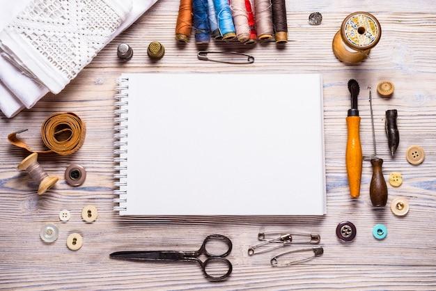 Notebook freier speicherplatz für ihren text rustikalen hölzernen hintergrund, handwerksthema.