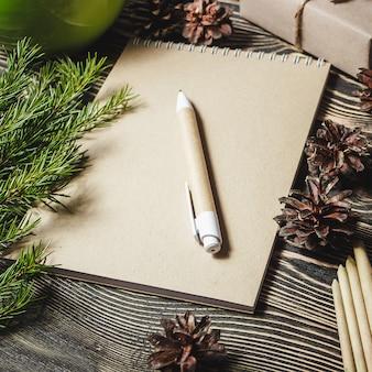 Notebook in der mitte der weihnachtsdekoration