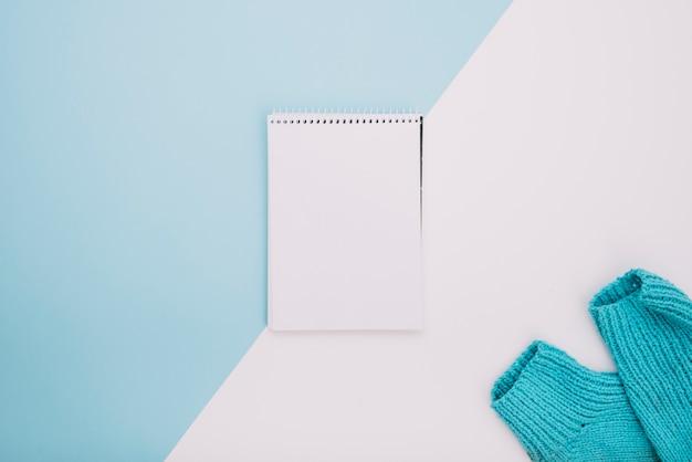 Notebook in der nähe von wollstoff
