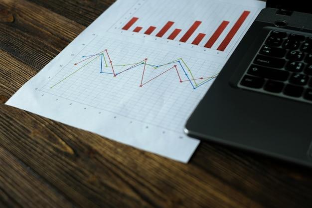 Notebook laptop-computer und finanzielles millimeterpapier