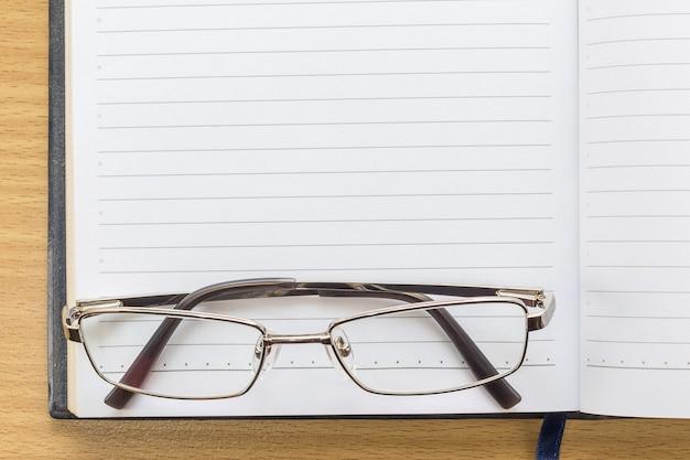 Notebook öffnen leere seite und brillen