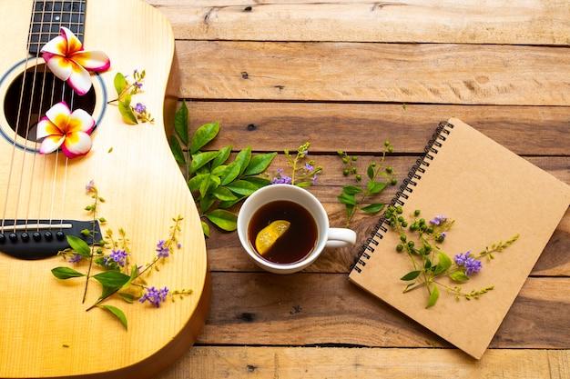 Notebook-planer, heißer kaffee und gitarre des lebensstils