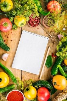 Notebook umgeben von lebensmitteln