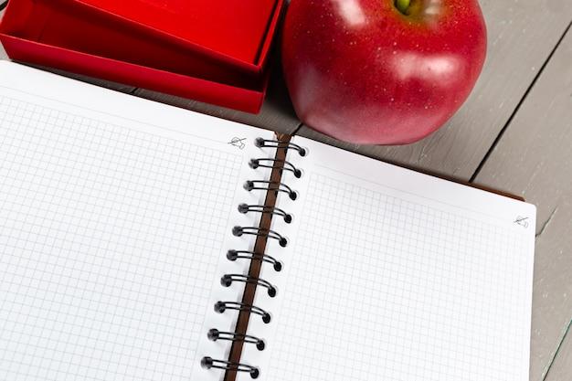 Notebook und apfel