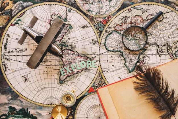 Notebook und feder in der nähe von touristischen sachen