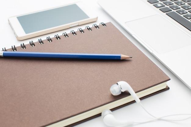 Notebook und laptop auf dem schreibtisch