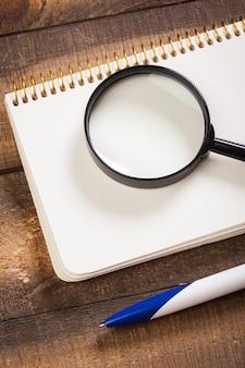 Notebook und lupe