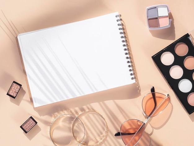 Notebook und make-up-produkte