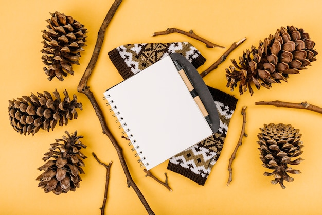 Notebook zwischen zweigen und haken