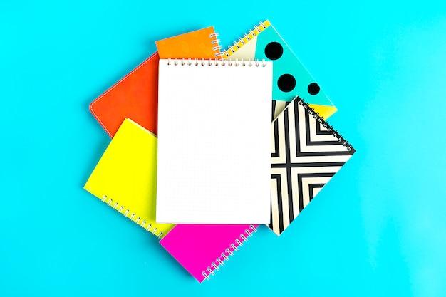 Notebooks auf blau zurück in der schule