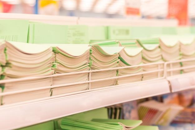 Notebooks auf einem regal in einem geschäft. zurück zu schulkonzept, einkaufen für einen kindergärtner, eine schule oder einen studenten.