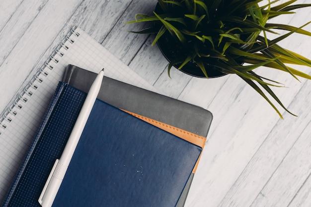 Notepads dokumentieren desktop office-nahaufnahmestiftobjekte von oben