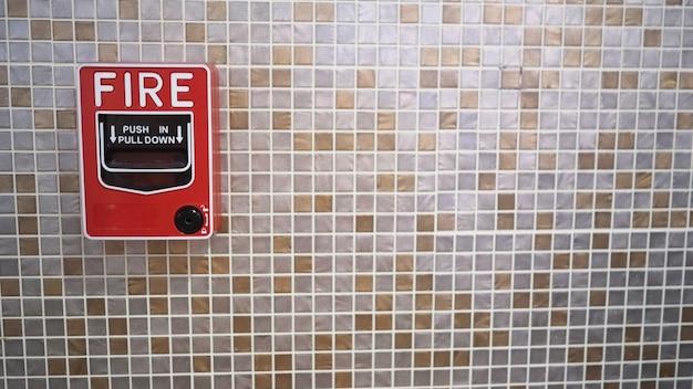 Notfall-feueralarm oder alarm- oder klingelwarnausrüstung im gebäude für die sicherheit.