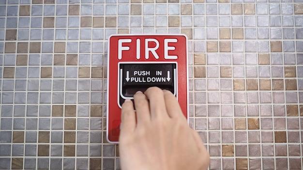 Notfall von feueralarm oder alarm- oder klingelwarnausrüstung und hand. im gebäude für die sicherheit.