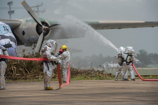 Notfallteams, die mit psa ausgerüstet sind, um sie vor gefährlichen materialien zu schützen