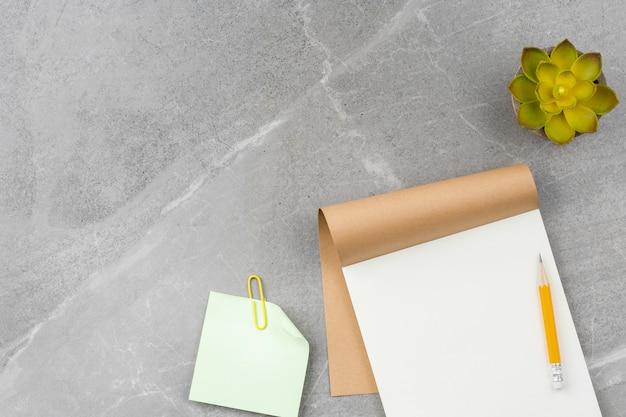 Notizblock auf grauem marmorhintergrund öffnen