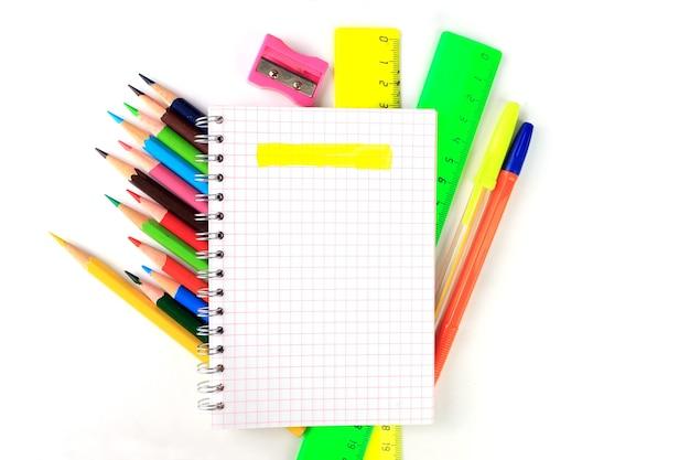 Notizblock, bleistifte und andere schreibmaterialien