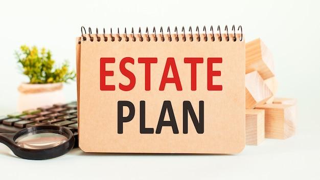 Notizblock, blumenvase, spektakel, aufbewahrungskarte, lupe und wörter immobilienplan auf hölzerner papierwand. geschäfts- und bildungskonzept.