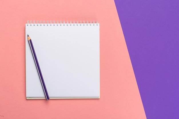 Notizblock des leeren papiers auf hellem zweifarbigem