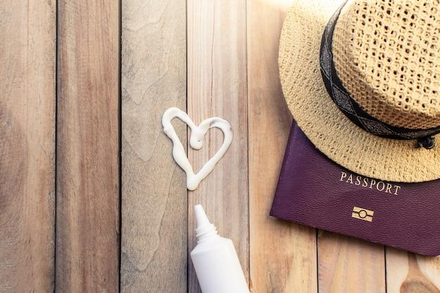Notizblock für anmerkung mit pass, fernglas, bleistift, kompass, flugzeug auf papierkarte für reiseabenteuer-entdeckungsbild