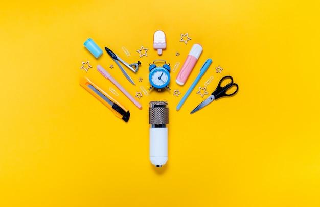 Notizblock für den schulanfang, federmäppchen, schreibwaren und schulmaterial. gelbe wand des oberen horizontalen ansichtskopyspace