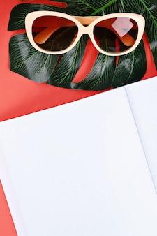 Notizblock korallenhintergrund, sonnenbrille, hut, geld. draufsicht, kopierraum. sommerhintergrund, reisen.