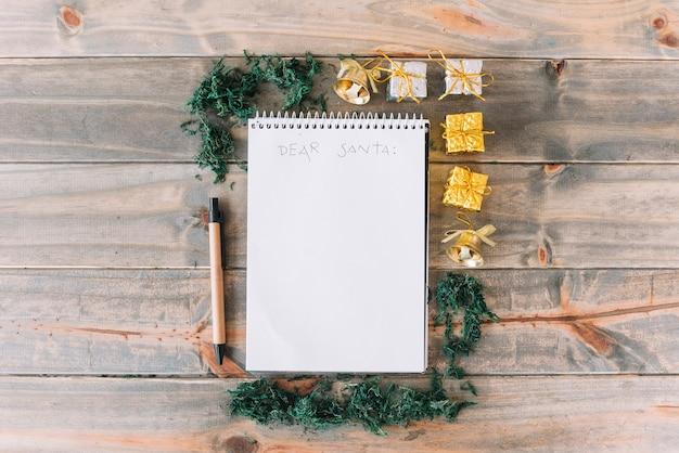 Notizblock mit kleinen geschenkboxen